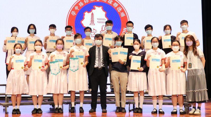 第七十二屆學校朗誦節比賽 – 校長與英語戲劇組獲獎同學合照