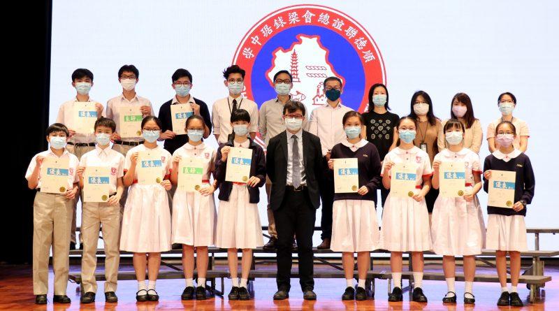 第七十二屆學校朗誦節比賽 – 校長與粵語組獲獎同學合照
