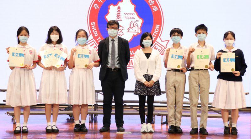 第七十二屆學校朗誦節比賽 – 校長與普通話組獲獎同學合照